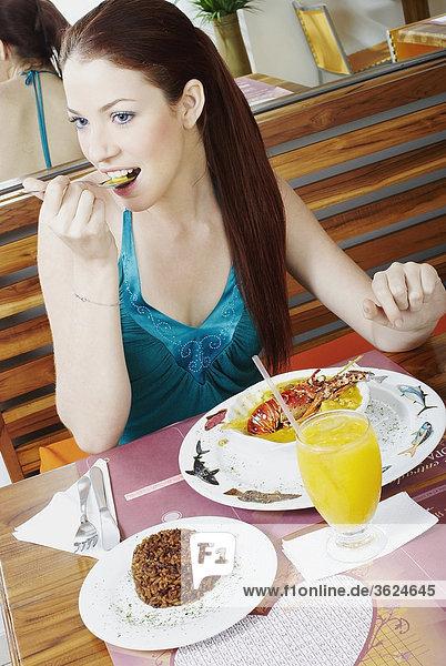 Junge Frau Essen