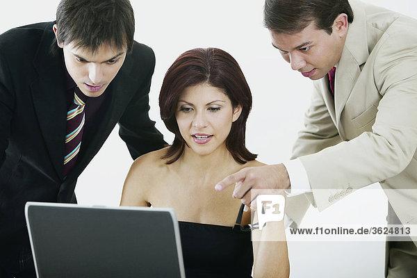 Nahaufnahme der geschäftsfrau und zwei Geschäftsleute Blick auf einem laptop