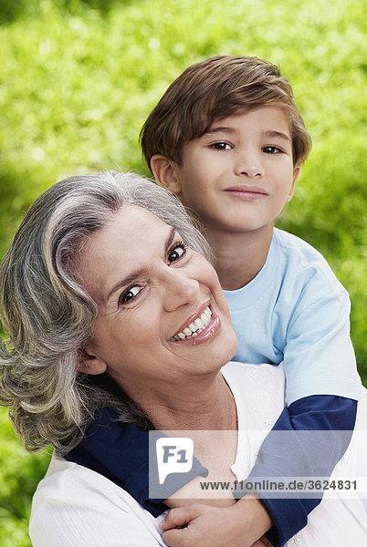 Portrait einer Großmutter mit ihrem Enkel