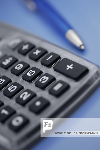 Nahaufnahme des Taschenrechners und einen Stift