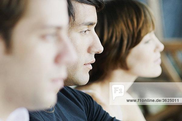 Seitenansicht zwei junge Männer und eine junge Frau