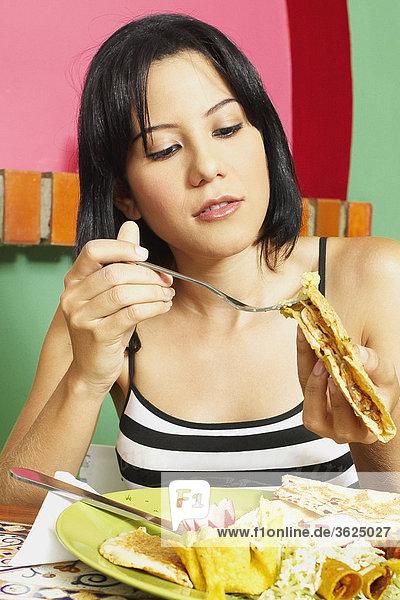 Nahaufnahme of a junge Frau hält einen Wrap-sandwich