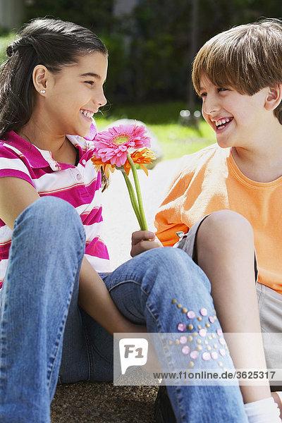 Nahaufnahme ein Mädchen und ein Junge Blick auf einander