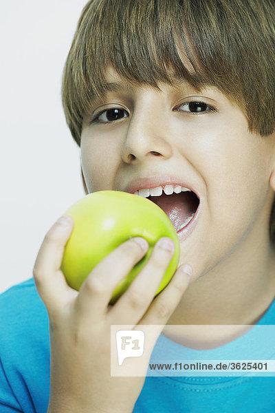 Portrait eines jungen essen einen Apfel