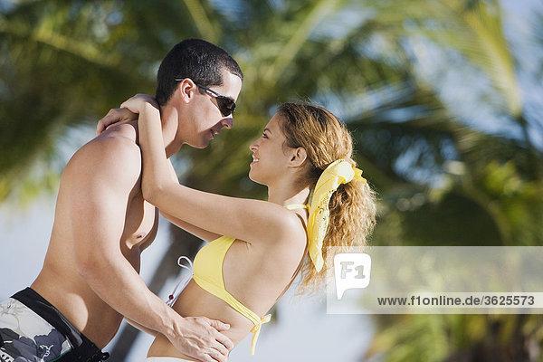 Seitenansicht ein Mitte Erwachsenen Mann und eine junge Frau Blick auf einander