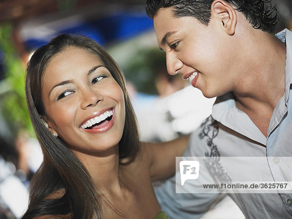 Nahaufnahme von einem jungen Paar umarmen einander