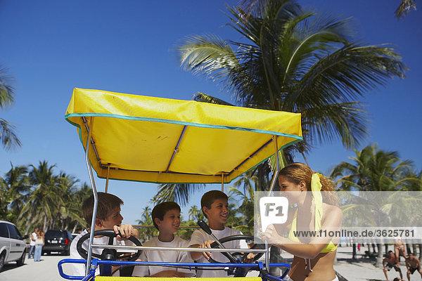 sitzend stehend nebeneinander neben Seite an Seite junge Frau junge Frauen Junge - Person Kinderwagen 3