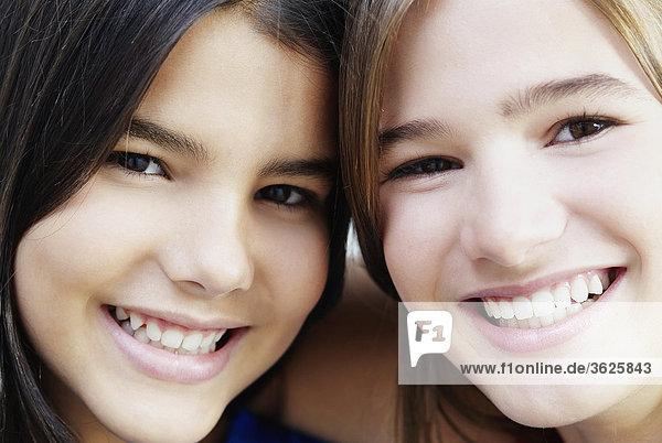 Portrait von zwei Mädchen lächelnd
