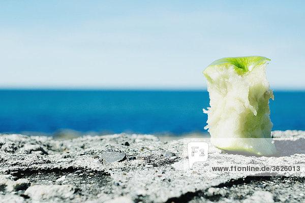 Nahaufnahme von einem Apple-Core auf einem Felsen