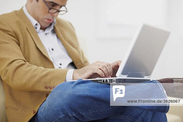 Nahaufnahme eines Mitte Erwachsenen Mannes mit einem laptop