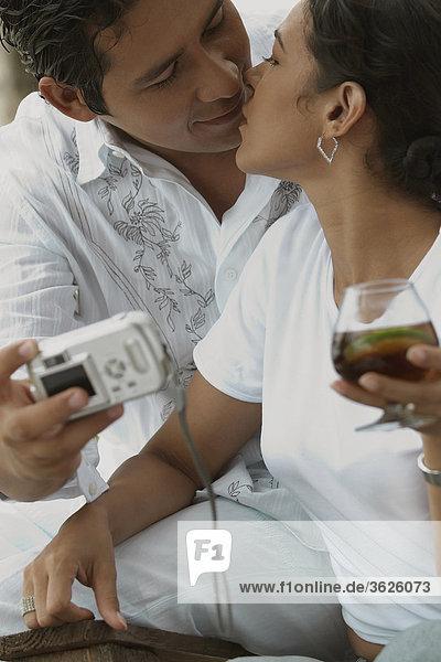 Nahaufnahme eines Mitte Erwachsenen Mannes ein Foto von sich selbst und küssen eine Mitte Erwachsene Frau