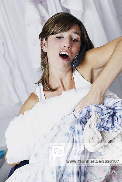Nahaufnahme einer jungen Frau telefonieren und tragen Kleidung