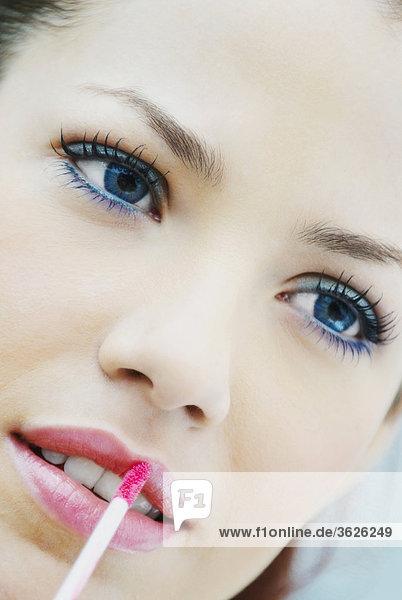 Nahaufnahme einer jungen Frau Anwendung Lip liner