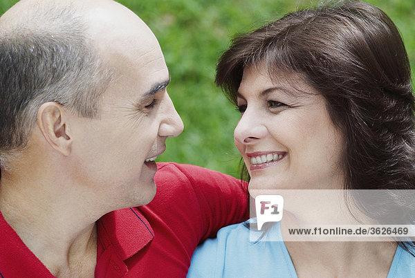 Nahaufnahme ein reifes Paar Blick auf einander und lächelnd