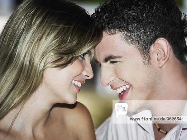 Nahaufnahme ein Teenager schauen  einer jungen Frau und lächelnd