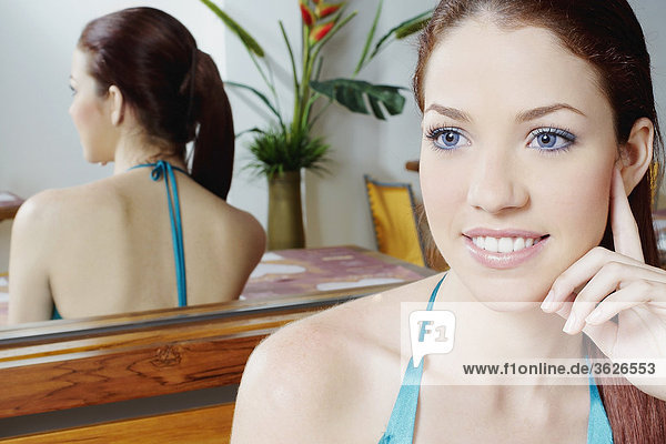 Nahaufnahme einer jungen Frau sitzt vor einem Spiegel