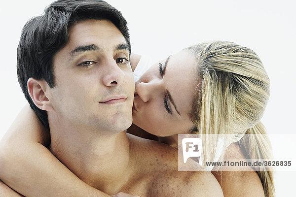 Mitte erwachsen frau küssen einen Mitte Erwachsenen Mann auf seine Wange