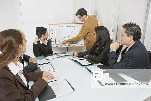 Vorführen einer Präsentation auf Geschäftsleute Geschäftsmann