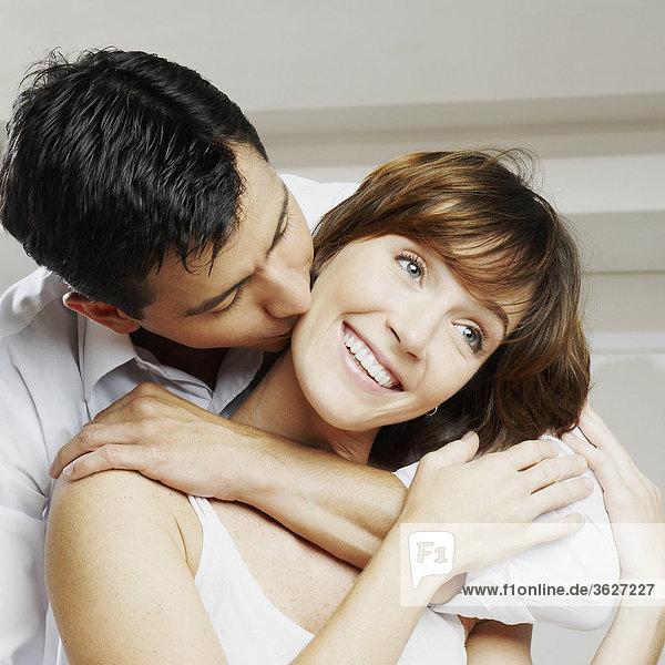 Nahaufnahme eines Mitte Erwachsenen Mannes küssen eine junge Frau