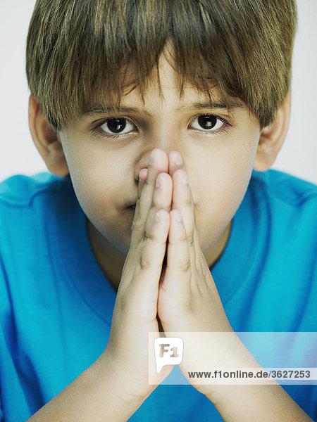 Bildnis eines Knaben in der Gebet Lage
