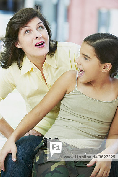 Nahaufnahme einer Reifen Frau und ihre Tochter lächelnd