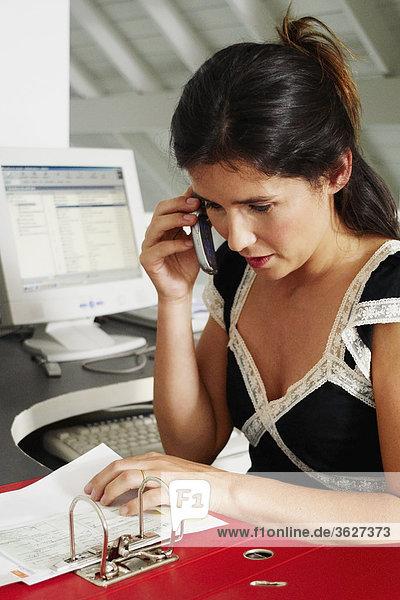 Nahaufnahme mit einem Mobiltelefon in einem Büro geschäftsfrau