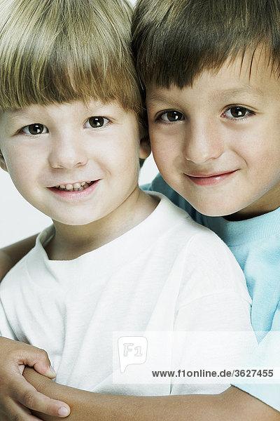 Bildnis eines Knaben umarmt seinen Bruder von hinten