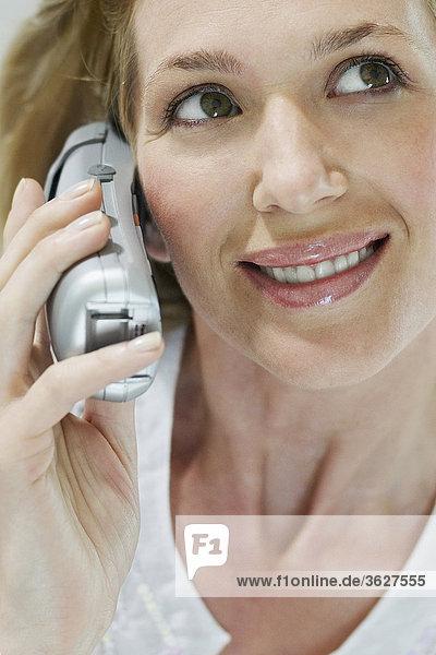 Nahaufnahme einer jungen Frau Gespräch auf dem Schnurlostelefon