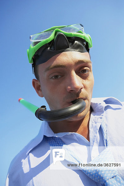 Porträt eines jungen Mannes tragen einen Schnorchel