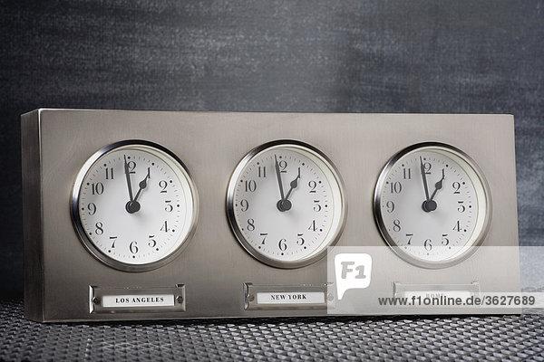 Nahaufnahme der drei Uhren