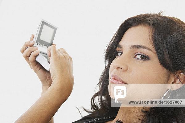 Portrait einer jungen Frau mit einem Taschenrechner mit