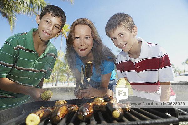 Portrait einer Mitte erwachsen frau mit ihren Kindern zu einem barbecue