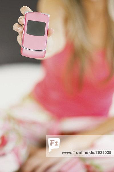 Mitte Abschnitt Blick auf eine Frau  die ein Mobiltelefon