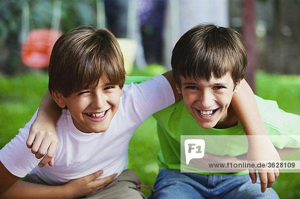 Porträt von zwei jungen lächelnd