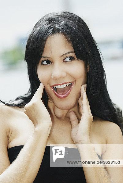 Nahaufnahme einer jungen Frau looking überrascht