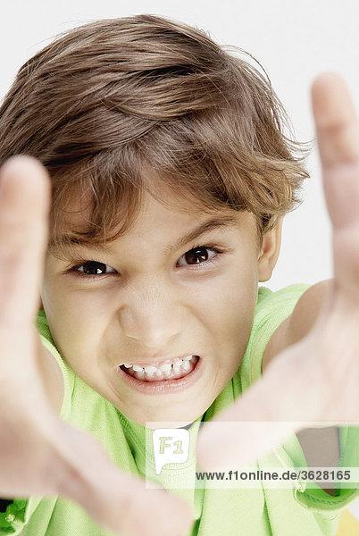 Bildnis eines Knaben Pressen seine Zähne
