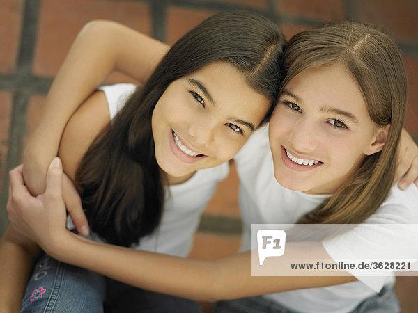 Erhöhte Ansicht ein Teenagerin ihre Schwester umarmt