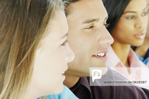 Teenagerin mit zwei junge Männer und eine junge Frau