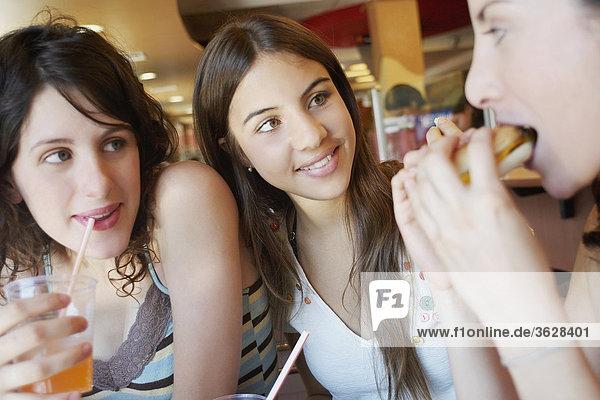 Nahaufnahme von drei jungen Frauen in einem restaurant