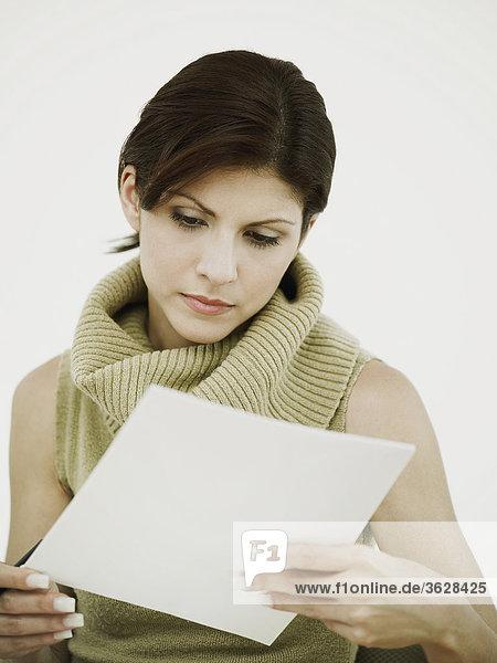 Nahaufnahme der geschäftsfrau ein Dokument lesen