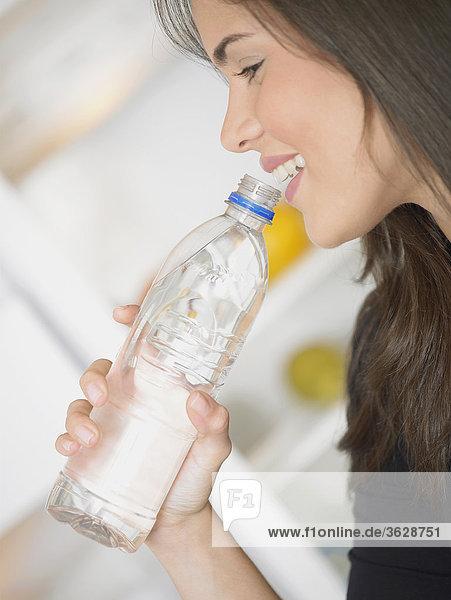 Seitenansicht eine junge Frau Trinkwasser