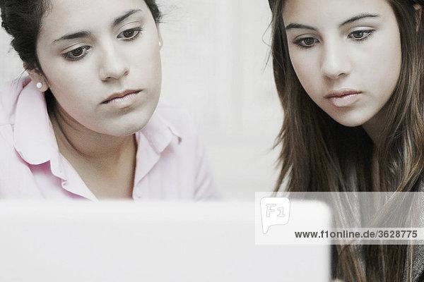 Nahaufnahme der zwei Geschäftsfrauen mit einem laptop