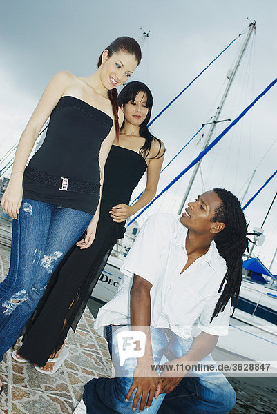 Untersicht zwei junge Frauen und ein junger Mann in einem dock