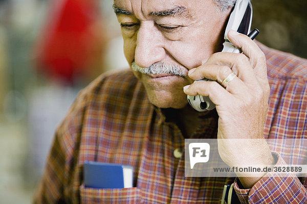 Handy Senior Senioren benutzen Mann Kurznachricht