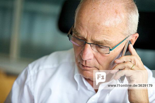 Senior telefoniert mit Handy