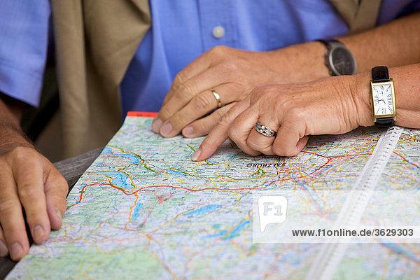 Seniorenpaar schaut auf Straßenkarte  close-up