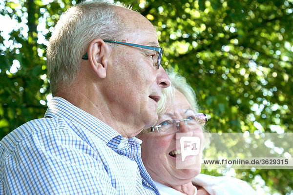 Glückliches Seniorenpaar im Freien