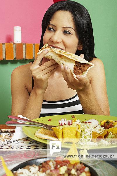 Nahaufnahme einer jungen Frau einen Wrap-Sandwich zu essen
