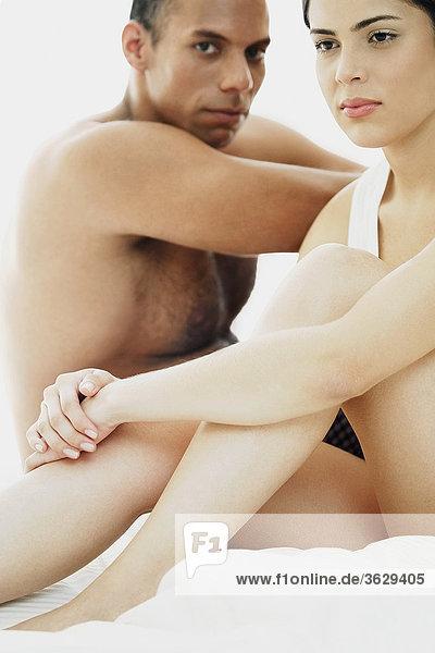 sitzend junge Frau junge Frauen Mann Bett Close-up Mittelpunkt Erwachsener