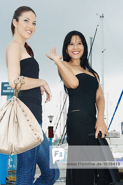 Untersicht von zwei jungen Frauen in ein dock